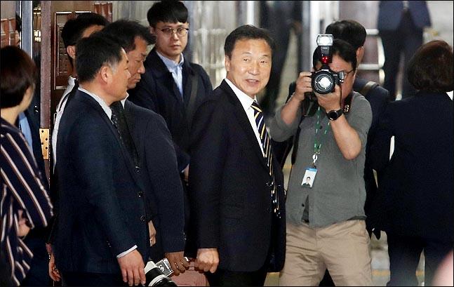 손학규 바른미래당 대표가 18일 국회에서 열린 의원총회가 끝난 뒤 회의장을 나서고 있다. ⓒ데일리안 박항구 기자