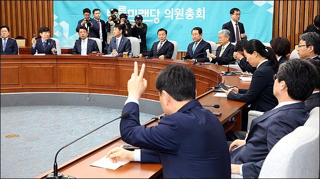손학규 바른미래당 대표가 18일 오전 국회에서 열린 의원총회에 참석한 가운데, 한 의원이 공개발언을 요구하고 있다. ⓒ데일리안 박항구 기자