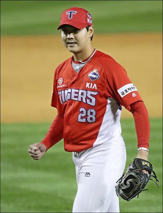 투구 후 어깨 통증으로 마운드서 주저앉은 KIA 김윤동. ⓒ 연합뉴스