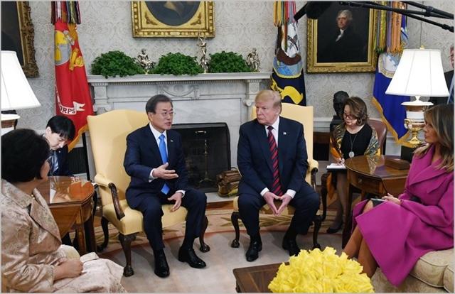 문재인 대통령과 도널드 트럼프 미국 대통령이 지난 11일(현지시간) 미국 워싱턴 백악관에서 김정숙 여사와 멜라니아 여사가 함께한 친교 및 단독회담을 하고 있다 ⓒ연합뉴스