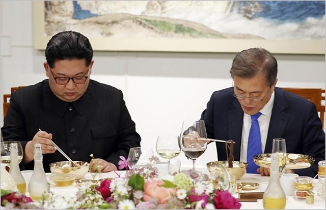 문재인 대통령과 김정은 북한 국무위원장 ⓒ한국공동사진기자단
