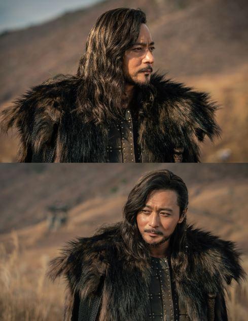 tvN '아스달 연대기' 장동건이 강렬한 '절대 카리스마'를 드리운, 위용 넘치는 '극강 자태'가 공개됐다.ⓒ tvN