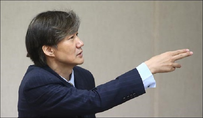"""조국 청와대 민정수석은 23일 자유한국당을 제외한 여야 4당이 선거제·개혁법안 패스트트랙(신속처리안건 지정) 처리 안건을 추인한 것에 대해 """"대환영""""이라고 밝혔다.ⓒ데일리안"""