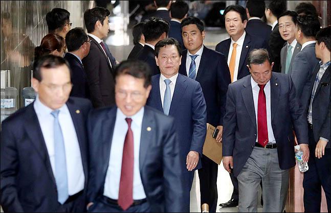 바른미래당 의원들이 23일 국회에서 패스트트랙 추인 여부를 결정하기 위해 열린 의원총회를 마친 뒤 회의장을 나서고 있다. 바른미래당은 패스트트랙 합의안을 찬성 12, 반대 11로 추인했다. ⓒ데일리안 박항구 기자