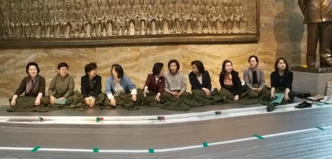 나경원 자유한국당 원내대표가 23일 저녁 국회본청 로텐다홀에서 진행된 선거제·공수처 패스트트랙 규탄 철야농성 과정에서 한국당 여성 의원들과 함께 스티로폼 위에 앉아 있다. ⓒ데일리안