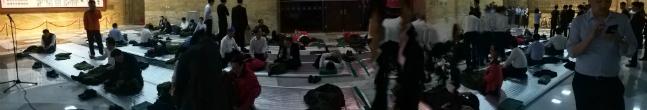 23일 저녁 국회본청 로텐다홀에서 자유한국당 의원들의 선거제·공수처 패스트트랙 규탄 철야농성이 시작된 가운데, 소등이 된 뒤에도 한국당 의원들이 쉽사리 잠을 이루지 못하고 있다. ⓒ데일리안