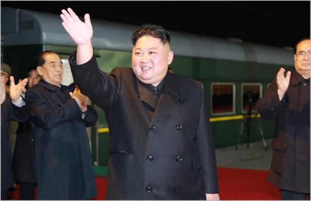 김정은 북한 국무위원장이 24일 오전 러시아 블라디보스토크로 향하는 열차에 탑습 하기 전에 환송인파에 손을 흔들고 있다 ⓒ조선중앙통신