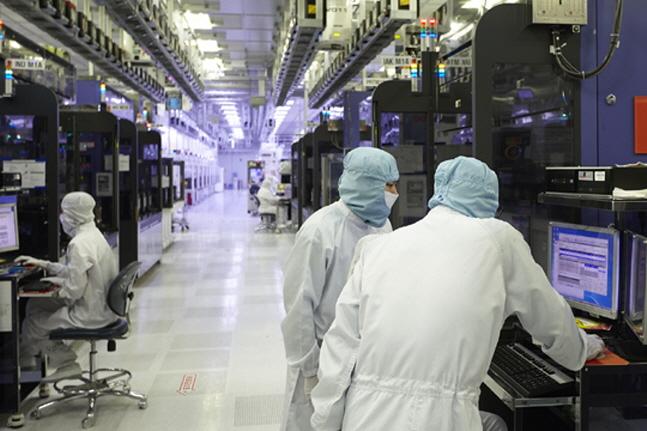 SK하이닉스 경기도 이천공장에서 연구원들이 반도체 생산 과정을 지켜보고 있다.(자료사진)ⓒSK하이닉스