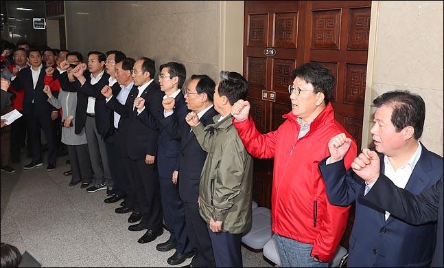 25일 오후 자유한국당 의원들과 보좌진들이 국회 운영위원회 회의실 앞을 봉쇄하고 구호를 외치고  있다. ⓒ데일리안 박항구 기자