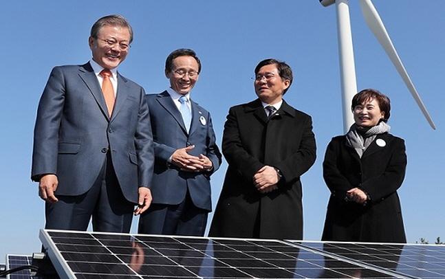 문재인 대통령이 지난해 10월 전북 군산시 유수지 수상태양광부지에서 열린