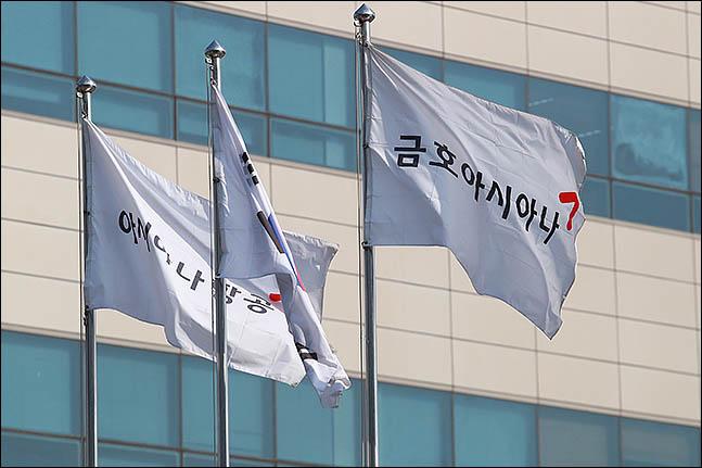 서울 강서구 아시아나항공 본사에 금호아시아나와 아시아나항공 깃발이 나란히 펄럭이고 있다.(자료사진)ⓒ데일리안 류영주 기자
