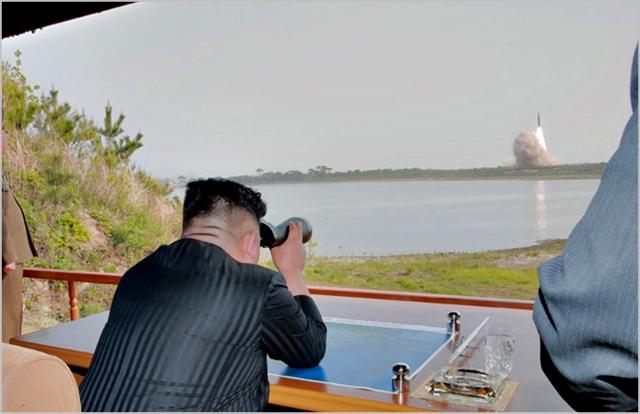 김정은 북한 국무위원장이 지난 4일 원산 호도반도에서 실시된 화력타격 훈련을 참관하고 있다. ⓒ조선중앙통신