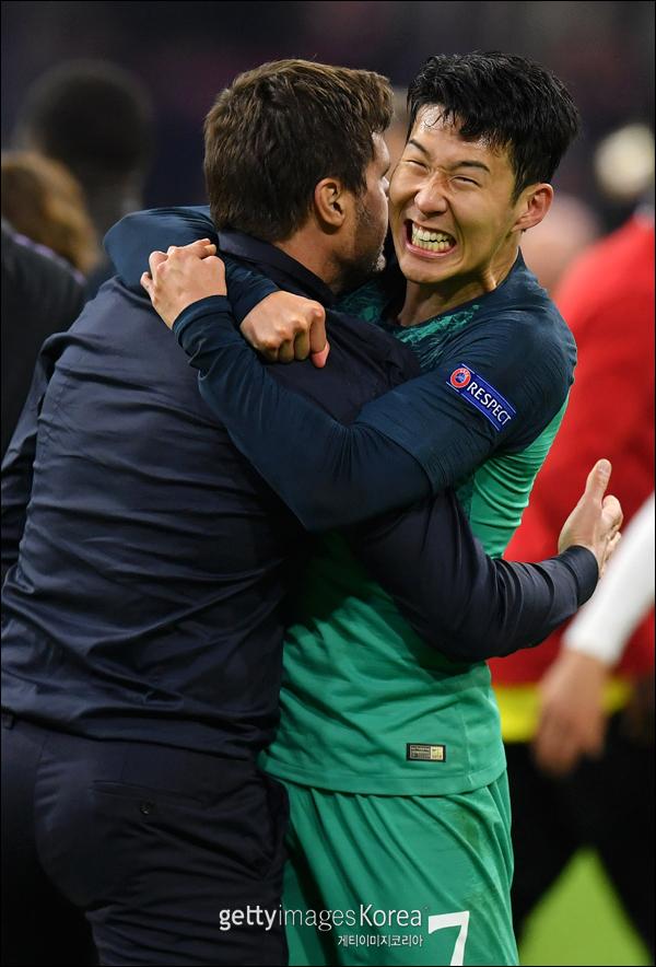 손흥민이 팀 승리가 확정된 이후 포체티노 감독과 기쁨을 나누고 있다. ⓒ 게티이미지