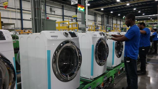 미국 사우스 캐롤라이나주 삼성전자 생활가전 공장에서 직원들이 세탁기를 생산하고 있다.ⓒ삼성전자