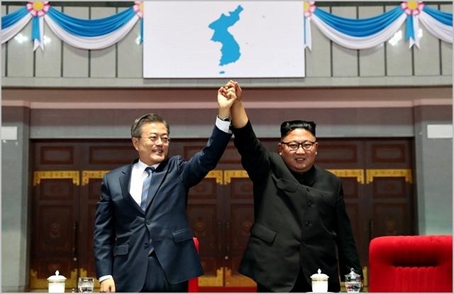 문재인 대통령과 김정은 북한 국무위원장. ⓒ평양사진공동취재단