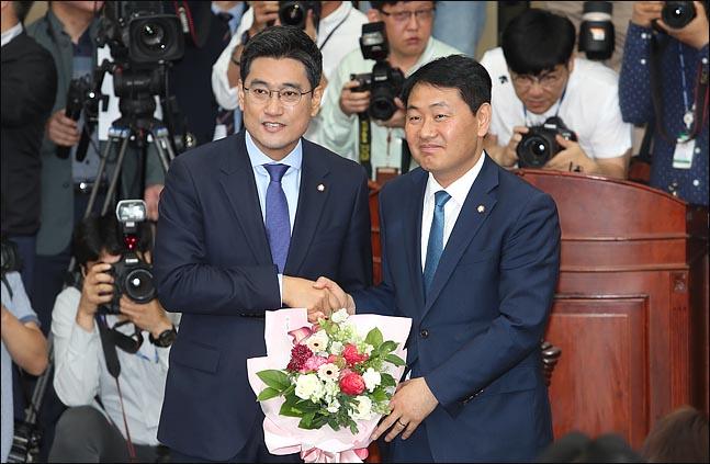 15일 국회에서 열린 바른미래당 의원총회에서 신임 원내대표로 선출된 오신환 원내대표가 김관영 전 원내대표로 부터 꽃다발을 받고 있다.ⓒ데일리안 박항구 기자