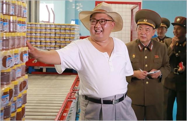 김정은 북한 국무위원장이 지난해 8월 경제현장을 시찰하고 있다. ⓒ조선중앙통신