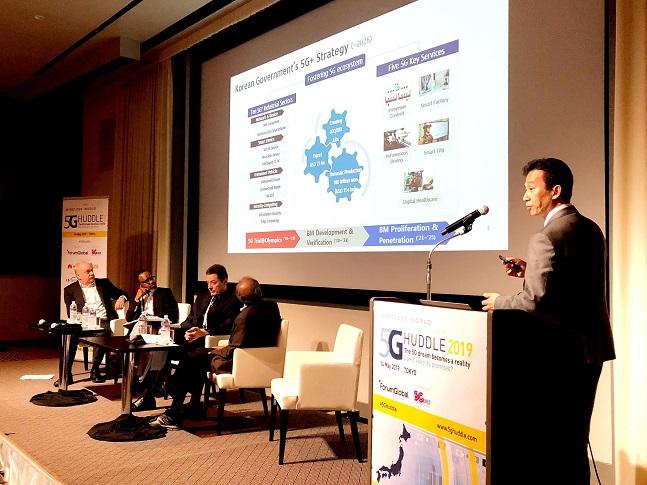 김병석 KT 네트워크전략본부 상무가 지난 14일 일본 도쿄에서 열린 WWRF 주관 '5G Huddle 2019 컨퍼런스'에서 5G 상용화 성과를 발표하고 있다.  ⓒ KT