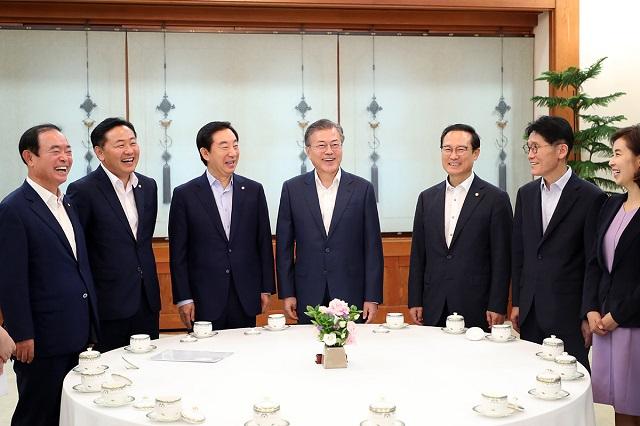 2018년 8월 16일 청와대에서 열린 여야 5당 원내대표 초청 오찬에서 문재인 대통령과 여야 원내대표들이 환하게 웃고 있다.ⓒ청와대