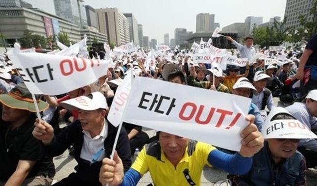 서울개인택시운송사업조합원들이 15일 서울 종로구 광화문 광장에서 열린