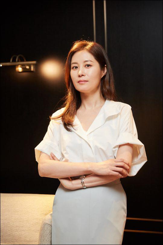 데뷔 19년차 배우인 문소리는 이전보다 책임감의 무게를 더 크게 느끼고 있다. ⓒ 씨제스엔터테인먼트