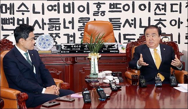 문희상 국회의장이 16일 국회의장실을 방문한 오신환 바른미래당 신임 원내대표와 대화를 하고 있다. ⓒ데일리안 박항구 기자