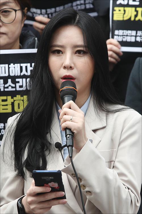 고 장자연 사건의 증인으로 주목받고 있는 윤지오가 가족 구성원으로부터 감금과 구타를 당했다고 주장해 논란이 일고 있다. ⓒ 연합뉴스