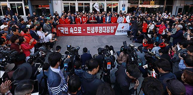 황교안 자유한국당 대표가 7일 오전 부산 중구 자갈치시장에서