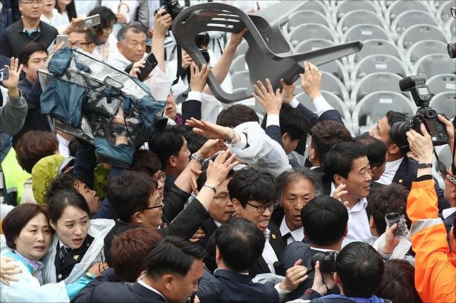 제39주년 5.18민주화운동 기념식이 열린 지난 18일 오전 광주 북구 국립 5.18 민주묘지에서 기념식에 참석하기 위해 이동중인 황교안 자유한국당 대표에게 광주시민들이 분노를 표출하고 있다. ⓒ데일리안 홍금표 기자