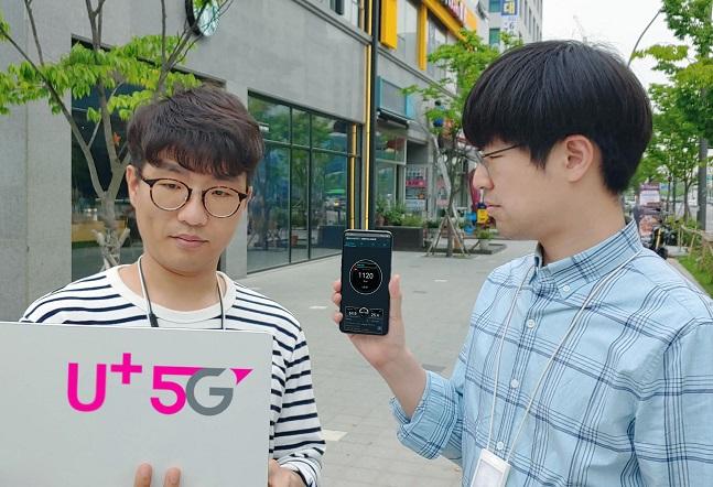 LG유플러스는 'LG V50 씽큐'로 서울 종로, 마곡 등에서 5G 다운링크 속도를 측정한 결과, 1.1Gbps 이상의 속도 구현에 성공했다고 20일 밝혔다.  ⓒ LG유플러스