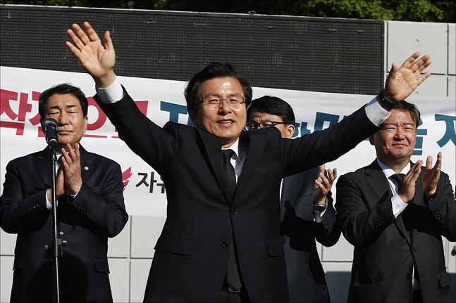 황교안 자유한국당 대표가 21일 인천 자유공원에서 더글러스 맥아더 유엔군사령관의 동상에 참배한 뒤, 지지자들을 향해 손을 들어 인사를 하고 있다. ⓒ데일리안 홍금표 기자