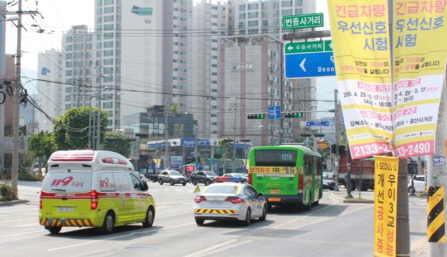서울 강북구 번동 사거리에 강북소방서 구급차가 접근하자 교차로 신호등에 파란불이 들어오고 있다. ⓒ LG유플러스
