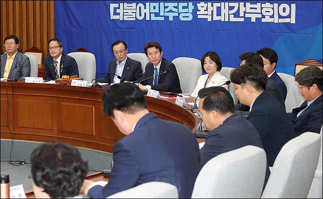 이해찬 더불어민주당 대표와 이인영 원내대표를 비롯한 최고위원들이 22일 오전 국회에서 열린 확대간부회의에서 참석자들의 발언을 듣고 있다. ⓒ데일리안 박항구 기자
