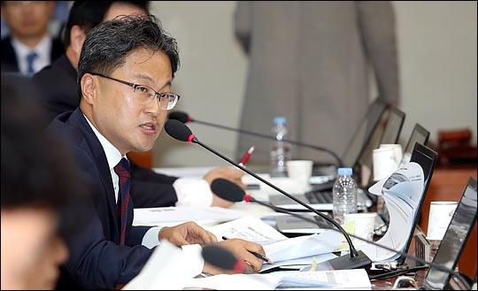 경찰이 김정우(사진) 더불어민주당 의원의 전직 동료 성추행 혐의를 인정, 기소 의견으로 검찰에 송치하기로 22일 결정했다. ⓒ데일리안 박항구 기자