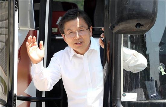 황교안 자유한국당 대표가 22일 오후 국회 본청 앞에서 강원도 지역 '국민속으로 민생투쟁 대장정'을 떠나기 위해 버스에 올라 손을 흔들고 있다. ⓒ데일리안 박항구 기자