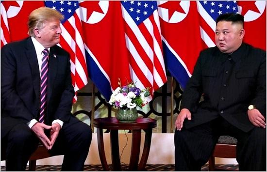 김정은 북한 국무위원장과 도널드 트럼프 미국대통령이 지난 2월 베트남 하노이에서 2차 북미정상회담을 진행하고 있다. ⓒ조선중앙통신