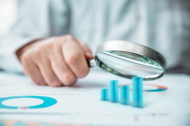 코스피 등 지수 구성종목 정기변경 결과가 발표되면서 관련 종목을 활용한 투자전략이 시장의 관심을 받고 있다. 그러나 편입 예상종목을 매수하고 제외 예상종목을 매도하는 기법이 대중화된 관계로, 투자자들은 매매 타이밍에 어려움을 겪고 있다. 전문가들은 역발상으로 접근하는 전략을 추천했다.ⓒ게티이미지뱅크
