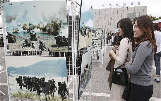 지난 2018년 10월 1일 오후 서울 용산구 전쟁기념관에서 예정된 제70주년 국군의 날 기념식을 앞두고 시민들이 사진전을 관람하고 있다.  ⓒ사진공동취재단