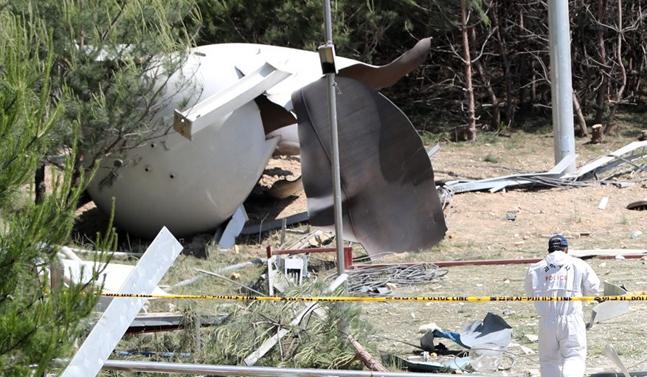 강원테크노파크 강릉벤처 1공장 옆 수소탱크 폭발사고 발생 다음날인 24일 오전 사고현장에서 과학수사요원들이 조사를 벌이고 있다.ⓒ연합뉴스
