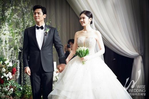 배우 추자현·우효광 부부가 29일 남산 그랜드하얏트호텔에서 결혼식을 올리고 본식 사진을 공개했다.ⓒ와이즈웨딩