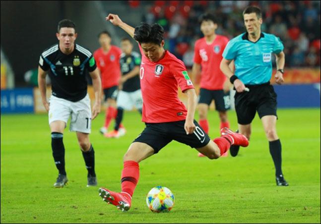이강인이 31일 오후(현지시각) 폴란드 티히 스타디움에서 열린 2019 국제축구연맹(FIFA) 20세 이하(U-20) 월드컵 F조 조별리그 3차전 한국과 아르헨티나의 경기서 슈팅을 시도하고 있다. ⓒ 연합뉴스