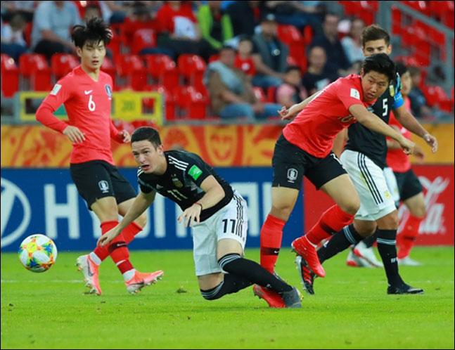 이강인이 31일 오후(현지시각) 폴란드 티히 스타디움에서 열린 2019 국제축구연맹(FIFA) 20세 이하(U-20) 월드컵 F조 조별리그 3차전 한국과 아르헨티나의 경기서 공격을 펼치고 있다. ⓒ 연합뉴스