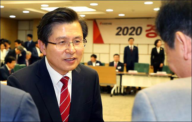 황교안 자유한국당 대표가 4일 국회 의원회관에서 열린 '2020 경제대전환 위원회 출범식'에서 참석자 들과 인사를 나누고 있다. ⓒ데이리안 박항구 기자