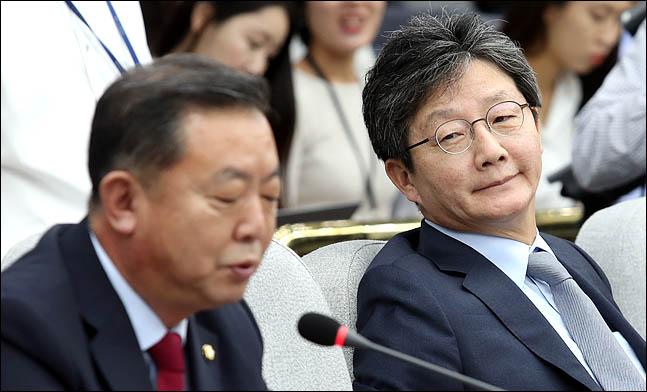 유승민 바른미래당 의원이 4일 국회에서 열린 의원총회에서 이찬열 의원의 발언을 듣고 있다. ⓒ데일리안 박항구 기자