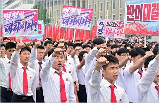 북한 주민들이 2015년 7월 전승절을 맞아 반미운동을 펼치고 있다. ⓒ조선중앙통신