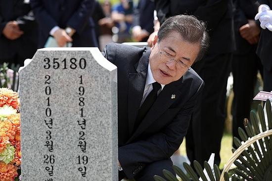 문재인 대통령이 2018년 6월 6일 대전 현충원을 찾아 무연고 묘지를 참배하고 있다.ⓒ청와대