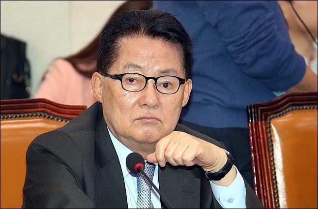 """박지원 민주평화당 의원은 8일 페이스북에 올린 글에서 황교안 자유한국당 대표를 향해 """"따지려면 국회에서 따지라""""며 국회 복귀를 촉구했다.(자료사진)ⓒ데일리안"""