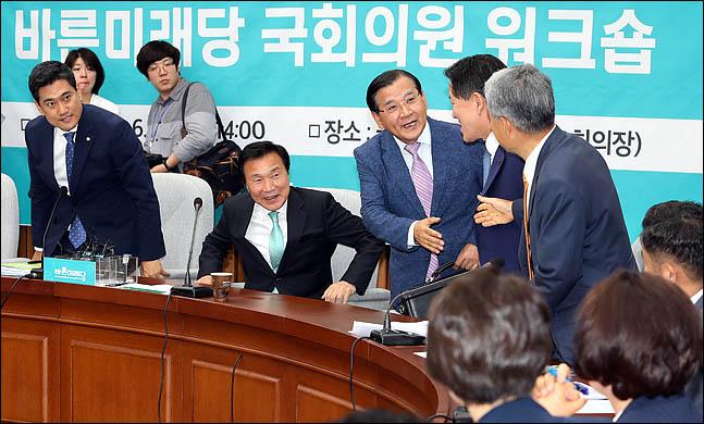 20일 오후 국회에서 열린'2019년도 바른미래당 국회의원 워크숍'에서 특강을 위해 참석한 김대환 전 고용노동부 장관이 의원들과 인사를 나누고 있다. ⓒ데일리안 박항구 기자