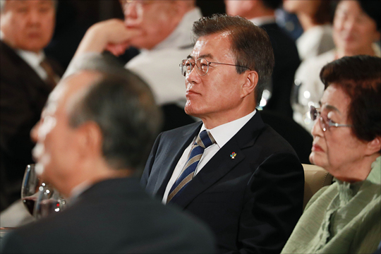 문재인 대통령과 이희호 여사가 2017년 6월 15일 서울 여의도 63컨벤션에서 열린 6.15 남북정상회담 17주년 기념식에 나란히 착석해 있다. ⓒ데일리안 홍금표 기자