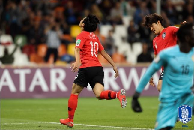 이강인이 세네갈과의 8강전에서 페널티킥에 성공한 뒤 환호하고 있다. ⓒ 대한축구협회